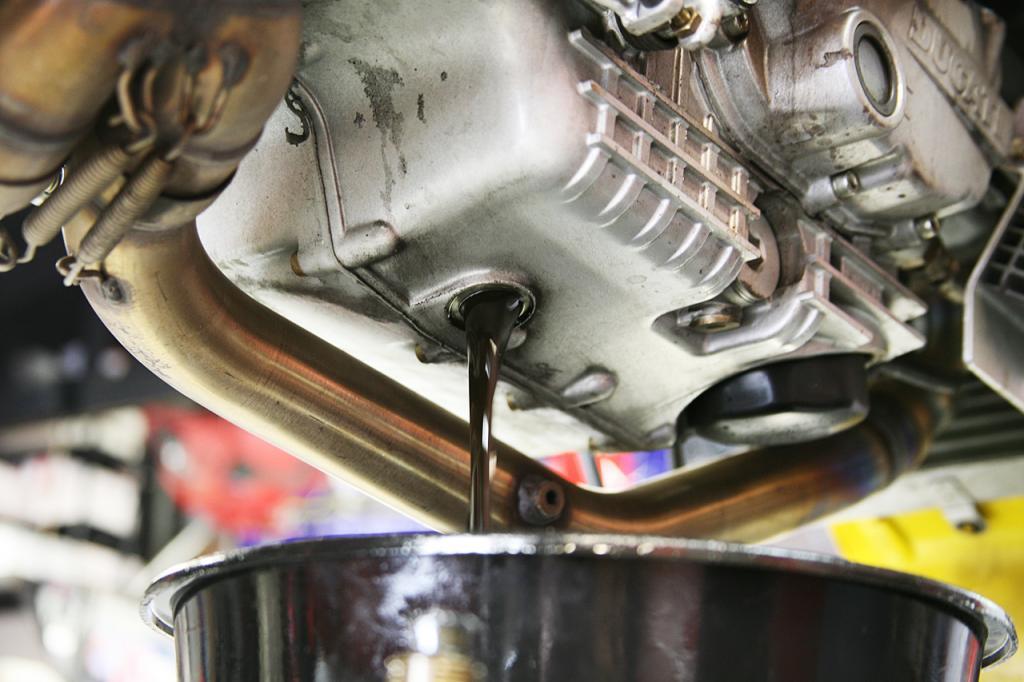cambio de aceite drenaje de aceite de coche repara tu coche en Reus Tarragona